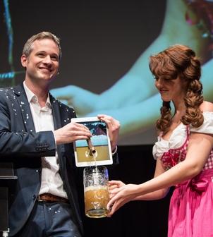 Simon Pierro zaubert Bier aus dem iPad beim Auftritt in München